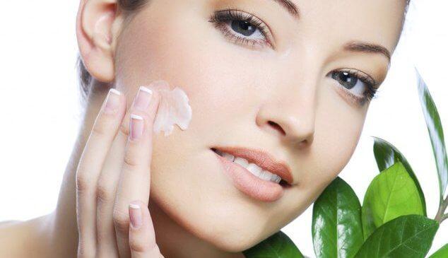 Как правильно наносить крем на лицо и зону декольте: правила и советы