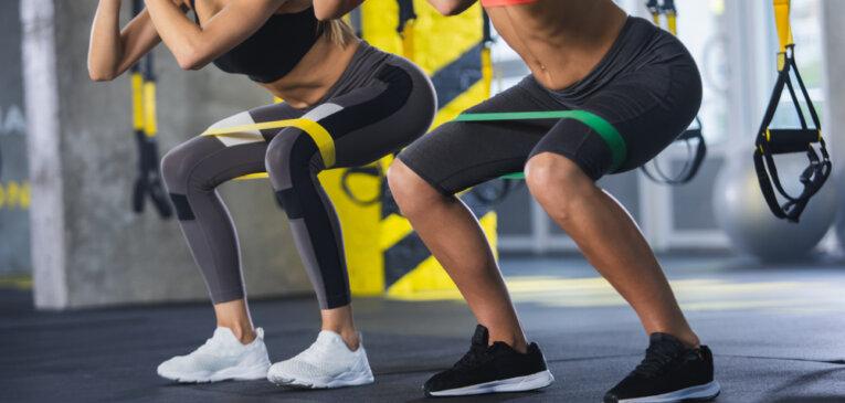 10 Лучших упражнений с фитнес-резинкой для домашних тренировок