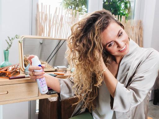 Сухой шампунь для волос: как правильно применять и как часто пользоваться?