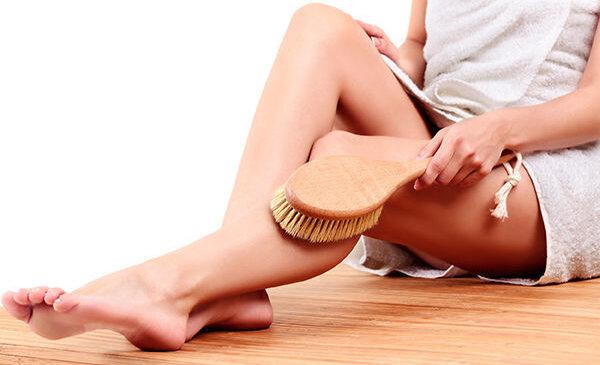 Сухой массаж от целлюлита: преимущества, правила и риски